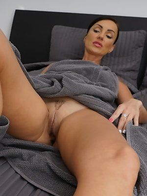 Knee-Buckler reccomend Sexy busty mature mom