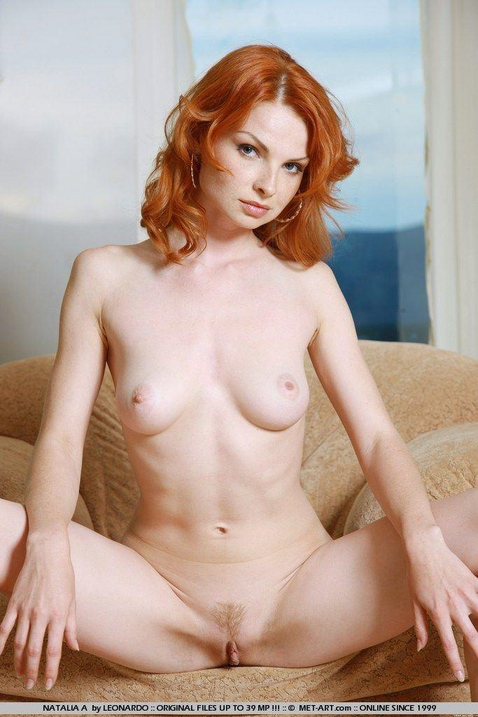 Redhead dildo pulcino