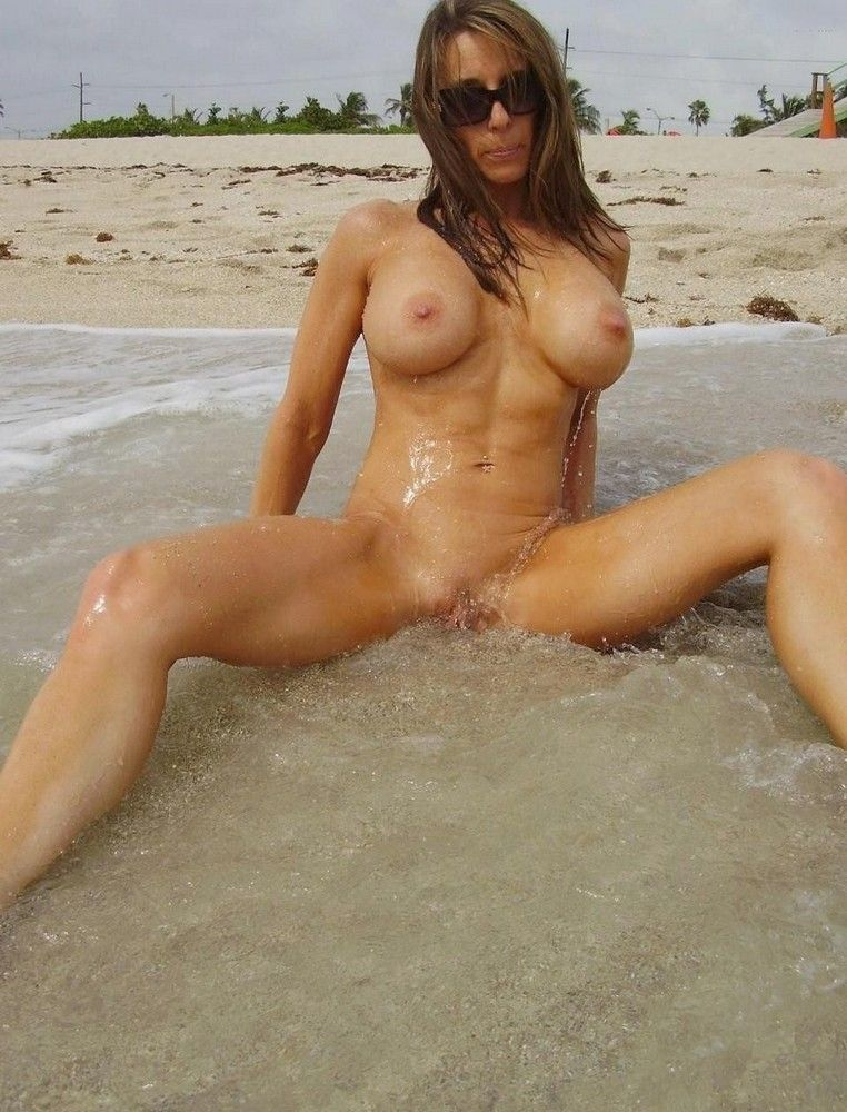 Athletic milf nude pic